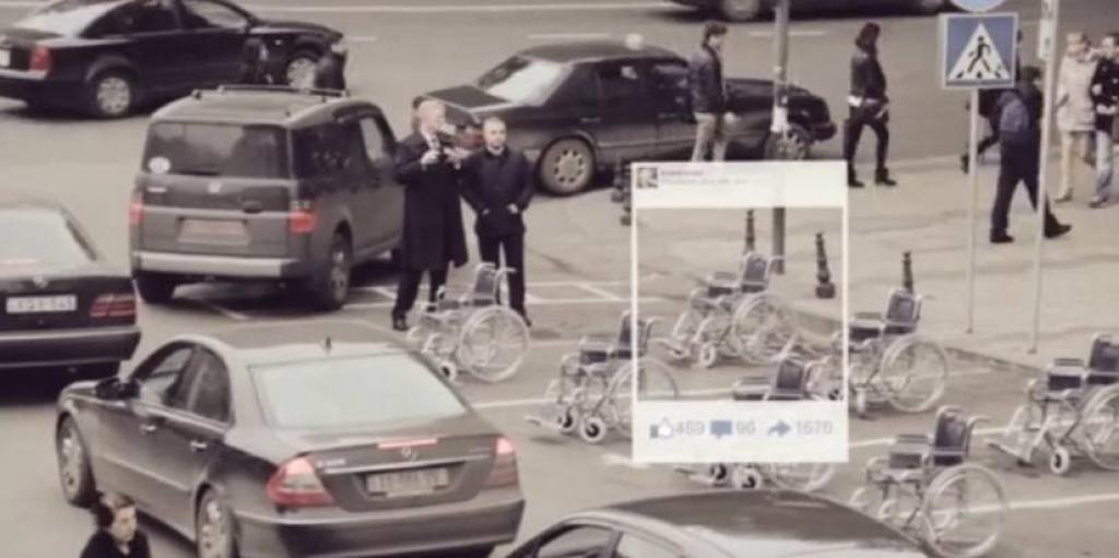 Ação coloca cadeiras de rodas em estacionamentos comuns