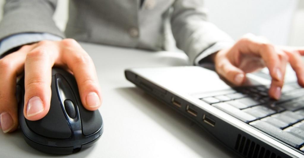 Acessa seu e-mail pessoal ou vê pornô no trabalho? Empresa pode vigiar tudo